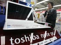 <p>Foto de archivo de un ordenador portátil de Toshiba en una tienda de Tokio, 25 abr 2008. La japonesa Toshiba está en conversaciones para comprar el fabricante de chips estadounidense Spansion, dijeron dos fuentes de la industria, sobre lo que sería el último signo de presión para una consolidación en el problemático sector de memorias. REUTERS/Yuriko Nakao</p>