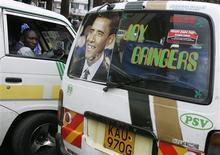 <p>Un hombre mira un afiche con el rostro del candidato demócrata a la presidencia estadounidense, Barack Obama, en Nairobi, 7 oct 2008. Autoridades de inmigración de Kenia arrestaron el martes a un escritor estadounidense, autor de un libro crítico con el candidato presidencial demócrata Barack Obama antes de su lanzamiento, dijeron testigos. REUTERS/Antony Njuguna</p>