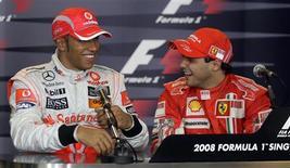 <p>O piloto inglês Lewis Hamilton e o brasileiro Felipe Massa em coletiva de imprensa. O piloto da Ferrari Felipe Massa avisou ao atual líder do campeonato de Fórmula 1, Lewis Hamilton, da McLaren, que a batalha pelo título da Fórmula 1 continuará a ser travada até a última volta da última corrida, em Interlagos (SP). Imagem de arquivo. 27 de setembro.REUTERS/Bazuki Muhammad</p>
