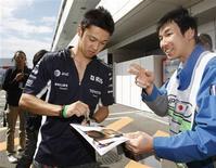 <p>Piloto japonês da Williams Kazuki Nakajima dá autógrafo no circuito de Fuji, no Japão, nesta quinta-feira. REUTERS/Issei Kato</p>