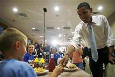 <p>El candidato demócrata a la presidencia de Estados Unidos, Barack Obama, durante su campaña en Georgetown, Ohio, EEUU, 9 oct 2008. Obama, compró un espacio de media hora en el período de mayor audiencia de la televisión local para el 29 de octubre, seis días antes de la elección, dijeron el jueves autoridades. REUTERS/Jim Young</p>