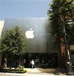 <p>Foto de archivo de una tienda Apple en Los Angeles, EEUU, 21 jul 2008. Apple Inc presentará nuevas computadoras portátiles la próxima semana que costarían menos, según invitaciones que envió para un evento el 14 de octubre. REUTERS/Mario Anzuoni</p>