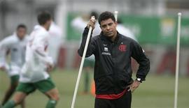 <p>O jogador Ronaldo descansa durante treinamento no Flamengo. O atacante Ronaldo disse que está se recuperando bem da lesão no joelho que ameaçou sua carreira e deve voltar aos treinos normais na semana que vem. 8 de setembro.REUTERS/Bruno Domingos</p>