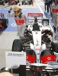 <p>Il pilota della McLaren, Lewis Hamilton, festeggia la pole position al Gp del Giappone, Oyama, 11 ottobre 2008. REUTERS/Kim Kyung-Hoon</p>