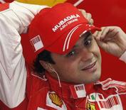 <p>O piloto da Ferrari, Felipe Massa, do Brasil, se prepara para sessão de treino antes do Grande Prêmio do Japão de Fórmula 1, no dia 11 de outubro. Kimi Raikkonen deixou de lado seus fracos desempenhos e colocou-se na primeira fila do Grande Prêmio do Japão de domingo, enquanto seu companheiro de Ferrari e que briga pelo título, Felipe Massa, deu um passo atrás. REUTERS/Issei Kato (JAPAN)</p>