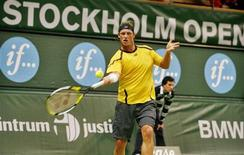 <p>Cabeça-de-chave número 1, David Nalbandian classificou-se à final do Torneio de Estocolmo ao vencer de forma impressionante o finlandês Jarkko Nieminen por 6-2 e 6-1, neste sábado. REUTERS/Bob Strong (SWEDEN)</p>