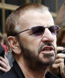 <p>Former Beatle Ringo Starr talks to the media as he arrives for his 68th birthday celebration in downtown Chicago, Illinois July 7, 2008. REUTERS/Frank Polich</p>