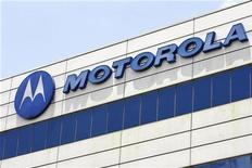 <p>Foto de archivo del logo de la compañía Motorola en su edificio corporativo en Singapur, 3 abr 2008. Motorola, el tercer mayor fabricante mundial de teléfonos, reveló que su nuevo móvil con pantalla táctil será comercializado por la operadora Verizon Wireless, en un intento de ambas empresas de competir con el iPhone. REUTERS/Vivek Prakash</p>