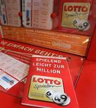 <p>Une Allemande à laquelle la crise financière a coûté la moitié de son épargne a gagné huit millions d'euros au Loto, cette semaine. /Photo d'archives/REUTERS/Christian Charisius</p>