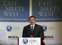 <p>Президент Азербайджана Ильгам Алиев выступает на конференции East Meets West:New Frontiers of Energy в Стамбуле 26 июня 2007 года. В Азербайджане в среду проходят очередные президентские выборы, которые бойкотирует оппозиция, называя голосование предрешенным в пользу действующего главы государства Ильгама Алиева, который унаследовал власть от отца пять лет назад. REUTERS/Osman Orsal</p>