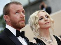 <p>Foto de archivo de la cantante Madonna y su esposo y director, Guy Ritchie, en la alfombra roja durante el Festival de Cine de Cannes, 21 mayo 2008. La cantante de pop estadounidense Madonna y el cineasta británico Guy Ritchie acordaron divorciarse, dijo el miércoles la portavoz de la estrella en Londres. REUTERS/Eric Gaillard (FRANCIA)</p>