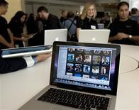 <p>Lors de la présentation de la nouvelle gamme de MacBook d'Apple à la presse. Ces nouveaux modèles, équipés de cartes graphiques Nvidia et de processeurs Intel, sont dotés de coques en aluminium et leurs tarifs débutent à 1.299 dollars (951 euros) sur le marché américain. /Photo prise le 14 octobre 2008/REUTERS/Kimberly White</p>