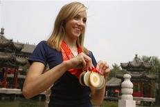 """<p>A ginasta norte-americana, Naslia Liukin, posa com as cinco medalhas que ganhou nas Olimpíadas de Pequim em 20 de agosto. Liukin, campeã no individual geral da ginástica artística na Olimpíada de Pequim, terá um papel na série de TV adolescente """"Gossip Girl"""". Ela descreve o papel como uma de suas maiores emoções desde que ganhou cinco medalhas de ouro nos Jogos. REUTERS/Nir Elias</p>"""