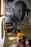 <p>Foto de archivo de unos niños chinos imitando los trabajos del artista español Pablo Picasso durante una exhibición de sus obras en Pekín, 13 dic 2001. Agentes aduaneros de Suiza encontraron un libro de bosquejos de Pablo Picasso que podría valer 1,2 a 1,7 millones de francos suizos (1,06 a 1,5 millones de dólares), en el equipaje de una persona en el aeropuerto de Zúrich, indicó el Gobierno el miércoles. REUTERS/Andrew Wong ASW/CP</p>