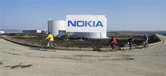 <p>Nokia, premier fabricant mondial de téléphones portables, fait état d'un bénéfice et d'un chiffre d'affaires inférieurs aux attentes au troisième trimestre, mais ses perspectives positives ont un peu rassuré les investisseurs. /Photo d'archives/REUTERS/Bogdan Cristel</p>