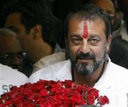 <p>Bollywood star Sanjay Dutt, surrounded with his fans, arrives at his home in Mumbai, November 29, 2007. REUTERS/Punit Paranjpe</p>