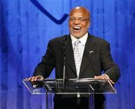 """<p>El fundador de Motown, Berry Gordy, realiza un discurso luego de recibir el premio """"Steven S. Cohen Humanitarian Award"""" en Beverly Hills, 7 jun 2008. El sello de R&B Motown celebrará su aniversario número 50 con una gran colección en caja titulada """"Motown: The Complete No. 1's"""". El paquete de 10 discos y 191 canciones, todas las que han alcanzado la cima de un ranking en Estados Unidos o en el mundo, será lanzado el 9 de diciembre. REUTERS/Gus Ruelas (EEUU)</p>"""