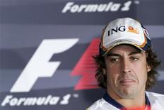 <p>Piloto espanhol da Renault Fernando Alonso concede entrevista coletiva em Xangai, nesta quinta-feira. REUTERS/Aly Song</p>