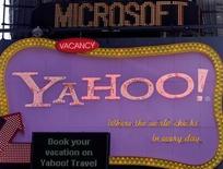 <p>Scritta Microsoft appare su un nastro di informazioni dietro un'insegna Yahoo a New York. REUTERS/Joshua Lott</p>