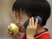 <p>Foto de archivo en que un niño habla por un celular en la plaza Tiananmen, en Pekín 5 ago 2008. Los médicos desconcertados por un inexplicable sarpullido en las orejas y las mejillas deberían ser prevenidos de un tipo de alergia en la piel provocada por el uso excesivo del móvil, según reveló la Asociación Británica de Dermatólogos el jueves. REUTERS/Jason Lee (CHINA)</p>