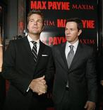 """<p>Chris O'Donnell (sinistra) e Mark Wahlberg alla presentazione del film """"Max Payne"""" a Hollywood, California, il 13 ottobre 2008. REUTERS/Mario Anzuoni</p>"""