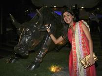 <p>A atriz de Bollywood, Shilpa Shetty, posa para foto do lado de fora da Bolsa de Valores de Mumbai. A crise global do crédito encontrou ecos num lugar inesperado: a indústria indiana de filmes em Bollywood, mais conhecida por seus musicais e seus thrillers sensuais. REUTERS/Manav Manglani (INDIA)</p>