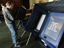 <p>Immagine d'archivio di un elettore al voto elettronico durante le elezioni di metà mandato a Denver, in Colorado, nel novembre 2006. REUTERS/Rick Wilking (UNITED STATES)</p>
