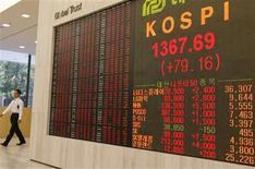 <p>L'indice Kospi de la Bourse de Séoul. Un analyste financier sud-coréen a été licencié pour avoir déclaré, lors d'une émission de télévision, que des investisseurs avaient pris des décisions peu avisées par appât du gain. /Photo prise le 14 octobre 2008/REUTERS/Lee Jae-Won</p>