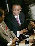 <p>Премьер-министр Японии Таро Асо разговаривает с членами правительства перед пленарным заседанием японского парламента в Токио 1 октября 2008 года. Премьер-министр Японии Таро Асо вместе с членами своего кабинета в пятницу решил воздержаться от посещения храма Ясукуни, хотя группа японских законодателей и советник премьера все-таки почтили давнюю традицию, сообщили японские СМИ. REUTERS/Yuriko Nakao</p>