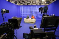 <p>Ведущие готовятся к выходу в эфир в студии нового Олимпийского центра на Китайском Центральном телевидении 30 июля 2008 года. Иностранные корреспонденты в Китае ждут, продлят ли коммунистические власти послабления на работу иностранных СМИ, принятые два года назад ради Олимпиады- 2008 в Пекине. REUTERS/Claro Cortes IV</p>
