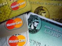 <p>Carte di credito in un'immagine d'archivio. REUTERS/Jim Bourg</p>