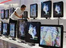 """<p>Un empleado limpia parte de una exhibición de televisores Samsung en la feria internacional Funkaustellung en Berlín, 27 ago 2008. Cuando apagamos el televisor con el mando a distancia no sospechamos que el contador y la factura eléctrica siguen corriendo y que estamos contribuyendo al exceso del consumo y al calentamiento global. En contra de la creencia popular, los electrodomésticos consumen energía cuando duermen. Según un estudio elaborado por la Comisión Europea, los aparatos en modo de espera o """"stand-by"""" de la UE consumieron en el 2005 la misma cantidad de energía que un país como Grecia o Portugal. REUTERS/Fabrizio Bensch (ALEMANIA)</p>"""