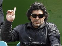 <p>O maior ídolo do futebol argentino, Diego Maradona, gesticula durante treino de tênis da equipe Argentina em Buenos Aires em 17 de setembro. Maradona se ofereceu nesta sexta-feira para dirigir a seleção do país, depois da demissão de Alfio Basile, e assegurou que se encontra em seu melhor momento para enfrentar o desafio de levar o seu país à Copa do Mundo de 2010, na África do Sul. REUTERS/Marcos Brindicci</p>