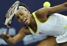 <p>Venus Williams durante difícil partida contra Ana Ivanovic no torneio Aberto de Zurique neste sábado. A tenista norte-americana teve que batalhar para vencer a adversária e chegar à sua primeira final desde que venceu Wimbledon, em julho. REUTERS/Arnd Wiegmann</p>