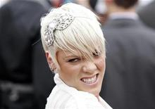 <p>Singer Pink poses for photographers as she arrives at the 22nd annual Australian Recording Industry Association (ARIA) Awards in Sydney, October 19, 2008. REUTERS/Daniel Munoz</p>