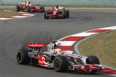 <p>O piloto Lewis Hamilton, da McLaren, na frente dos pilotos Kimi Raikkonen e Felipe Massa, da Ferrari, no GP da China. A Ferrari deve resolver sua surpreendente perda de desempenho antes que o brasileiro Felipe Massa enfrente o inglês Lewis Hamilton, da Mclaren, na disputa pelo título da Fórmula 1, em Interlagos, no próximo mês, disse o diretor da equipe italiana, Stefano Domenicali. 19 de outubro.REUTERS/Nir Elias</p>