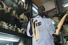 <p>Foto de archivo de un vendedor con objetos hechos de marfil en Abidyán 15 dic 2005. EBay instituirá una prohibición global sobre la venta de todo tipo de productos de marfil a partir del 1 de enero del 2009, después de que una investigación de un grupo de conservación descubriera más de 4.000 artículos de este material en el popular sitio web de subastas. REUTERS/Luc Gnago LG/AA</p>