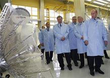 <p>Primeiro-ministro russo, Vladimir Putin, o vice-primeiro ministro Sergei Ivanov e outras autoridades visitando uma companhia de satélite em Zheleznogorsk. Putin afirmou nesta terça-feira que a Rússia pretende investir bilhões de dólares em sua indústria espacial nos próximos três anos. REUTERS/RIA Novosti</p>
