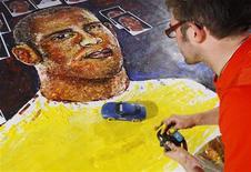 <p>O ator britânico Ian Cook usa carrinho com tinta para pintar um retrato de Lewis Hamilton, em Londres, no dia 21 de outubro. Lewis Hamilton está prestes a tornar-se maior do que nunca na Grã-Bretanha, e isso em virtude de um artista louco por carros que pinta dirigindo carrinhos de controle remoto por sobre uma tela. REUTERS/Suzanne Plunkett (BRITAIN)</p>