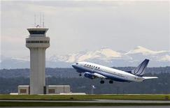 <p>A United Airlines plane takes off at the Calgary International Airport in Calgary, Alberta, June 17, 2008. Lower air fares in North America are possible in 2009 and likely declines in occupancy levels will keep hotel room rate increases in check, according to the American Express Co annual business travel forecast released on Wednesday. REUTERS/Todd Korol</p>