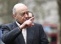 <p>Mohamed al-Fayed gesticula ao chegar para o inquérito sobre a morte da princesa Diana e seu filho Dodi no dia 2 de abril em Londres. O dono da loja de departamentos londrina Harrods foi interrogado nesta quarta-feira pela polícia para responder sobre uma reportagem que alega que ele abusou sexualmente de uma garota de 15 anos de idade dentro de sua loja, informou a porta-voz do empresário. REUTERS/Stephen Hird</p>