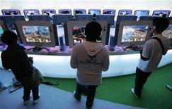 <p>Visitors try out new software for Microsoft's video game console Xbox 360 at the Tokyo Game Show 2008 in Chiba, east of Tokyo, October 11, 2008. REUTERS/Yuriko Nakao</p>