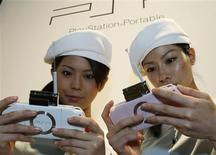 <p>Modelos fazem demonstração do novo PlayStation Portable (PSP) da Sony em Tóquio em 20 de setembro. O novo PSP da Sony teve um início de vendas fortes no Japão, informou uma empresa de pesquisa nesta quinta-feira. REUTERS/Issei Kato</p>