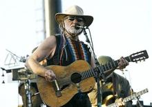 <p>Willie Nelson performs at the Coachella Music Festival in Indio, California April 29, 2007. REUTERS/Mario Anzuoni</p>