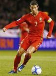 <p>El futbolista portugués Cristiano Ronaldo, corre con el balón durante un partido contra Suecia para las eliminatoria al Mundial 2010, en Estocolmo 11 oct 2008. El delantero Cristiano Ronaldo apuesta fuerte al Balón de Oro 2008 y al premio como Mejor Jugador del Año de la FIFA tras ayudar al Manchester United a conseguir la Liga de Campeones de fútbol y el campeonato de Inglaterra durante la pasada temporada. REUTERS/Bob Strong (SUECIA)</p>
