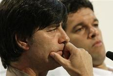<p>O capitão da seleção alemã, Michael Ballack, aceitou se reunir com o treinador Joachim Loew, no primeiro sinal de uma possível reconciliação. Imagem de arquivo. 10 de junho.REUTERS/Alex Grimm</p>