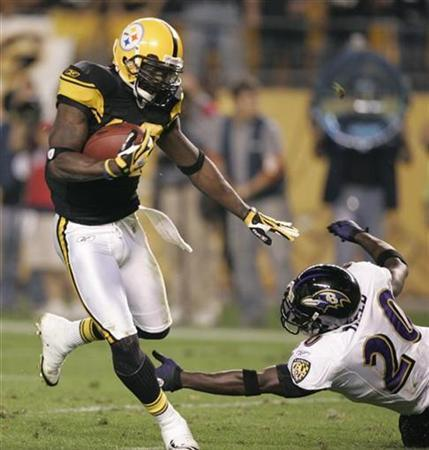 Pittsburgh Steelers Santonio Holmes (L) evades Baltimore Ravens safety Ed Reed to score in the third quarter of their NFL football game in Pittsburgh, Pennsylvania, September 29, 2008. REUTERS/ Jason Cohn