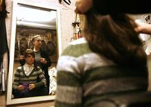 <p>A estilista Gail Rosenzweig mostra peruca inspirada na candida republicana à vice-presidência dos EUA, Sarah Palin em estúdio em Nova York em 22 de outubro. REUTERS/Shannon Stapleton (UNITED STATES)</p>