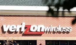 <p>Verizon Communications a vu ses résultats progresser au troisième trimestre, grâce notamment à de bonnes performances de ses activités mobiles et en dépit du ralentissement économique à l'oeuvre aux Etats-Unis. Le deuxième opérateur télécoms américain a enregistré un bénéfice net de 1,67 milliard de dollars sur la période, contre 1,27 milliard il y a un an. /Photo d'archives/REUTERS/Rick Wilking</p>