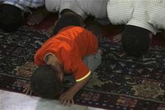 """<p>Un niño reza junto con su padre durante el Laylat al-Qadr en la mezquita Al Azhar durante le mes sagrado de Ramadán en El Cairo 27 sep 2008. Un drama sobre la vida del profeta Mahoma entrará pronto en la fase de producción y será apenas la segunda película de este tipo hablada en inglés de la historia, dijeron el lunes sus productores. """"The Messenger of Peace"""" (El mensajero de la paz) será una """"remake"""" del filme de Moustapha Akkad """"The Message"""", un clásico de Hollywood de 1977 protagonizado por Anthony Quinn, aplaudida por muchos musulmanes como un ejemplo de que el cine comercial occidental puede respetar al islam. REUTERS/Amr Dalsh (EGIPTO)</p>"""